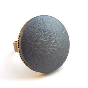 Metálfényű szürke textilbőr gyűrű, Ékszer, Gyűrű, Statement gyűrű, Ékszerkészítés, Találd meg a textilbőrök között a Hozzád illő árnyalatot! :)\n\nA gomb átmérője 25 mm, a gyűrű sárgaré..., Meska