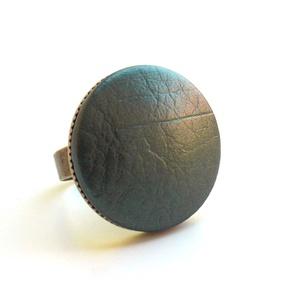 Metálfényű zöld textilbőr gyűrű, Ékszer, Gyűrű, Statement gyűrű, Ékszerkészítés, Találd meg a textilbőrök között a Hozzád illő árnyalatot! :)\n\nA gomb átmérője 25 mm, a gyűrű sárgaré..., Meska