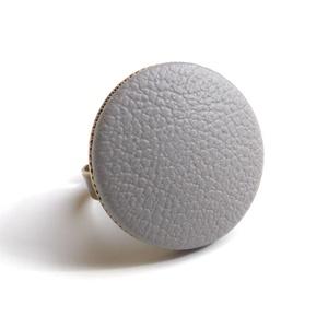 Világos szürke textilbőr gyűrű, Ékszer, Gyűrű, Statement gyűrű, Ékszerkészítés, Találd meg a textilbőrök között a Hozzád illő árnyalatot! :)\n\nA gomb átmérője 25 mm, a gyűrű sárgaré..., Meska