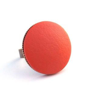 Csau barna textilbőr gyűrű, Ékszer, Gyűrű, Statement gyűrű, Ékszerkészítés, Találd meg a textilbőrök között a Hozzád illő árnyalatot! :)\n\nA gomb átmérője 25 mm, a gyűrű sárgaré..., Meska