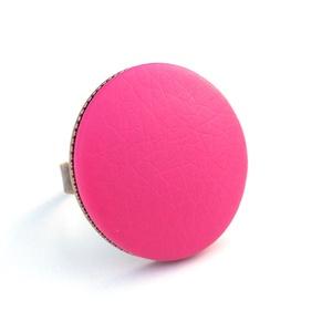 Pink textilbőr gyűrű, Ékszer, Gyűrű, Ékszerkészítés, Találd meg a textilbőrök között a Hozzád illő árnyalatot! :)\n\nA gomb átmérője 25 mm, a gyűrű sárgaré..., Meska