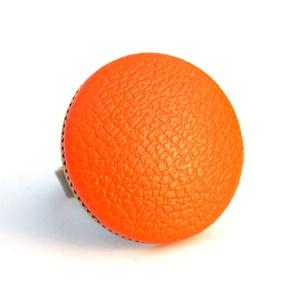 Narancs textilbőr gyűrű, Ékszer, Gyűrű, Statement gyűrű, Ékszerkészítés, Találd meg a textilbőrök között a Hozzád illő árnyalatot! :)\n\nA gomb átmérője 25 mm, a gyűrű sárgaré..., Meska