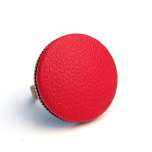 Piros textilbőr gyűrű, Ékszer, Gyűrű, Statement gyűrű, Ékszerkészítés, Találd meg a textilbőrök között a Hozzád illő árnyalatot! :)\n\nA gomb átmérője 25 mm, a gyűrű sárgaré..., Meska