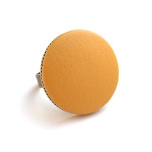 Mustársárga textilbőr gyűrű, Ékszer, Gyűrű, Ékszerkészítés, Találd meg a textilbőrök között a Hozzád illő árnyalatot! :)\n\nA gomb átmérője 25 mm, a gyűrű sárgaré..., Meska