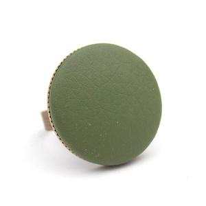 Khaki textilbőr gyűrű, Ékszer, Gyűrű, Ékszerkészítés, Találd meg a textilbőrök között a Hozzád illő árnyalatot! :)\n\nA gomb átmérője 25 mm, a gyűrű sárgaré..., Meska