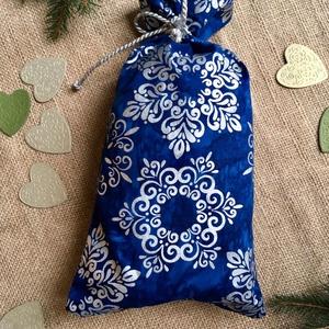 Mikulás zsák, Otthon & Lakás, Karácsony & Mikulás, Karácsonyi csomagolás, Varrás, Mikulás zsák\nKézműves, batikolt textilből, ezüst zsinórral.\n\nAnyaga: sötétkék alapon, ezüst hópelyhe..., Meska