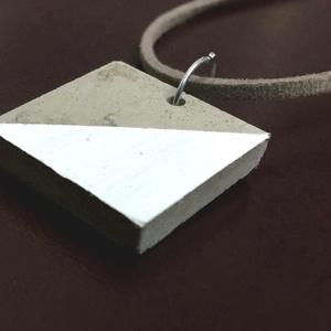 Fehér szürke beton nyaklánc, Medálos nyaklánc, Nyaklánc, Ékszer, Ékszerkészítés, A termék 2,5 cm x 2,5 kocka alakú betonból készült medál valamint a hasított bőr nyaklánc. A képen f..., Meska