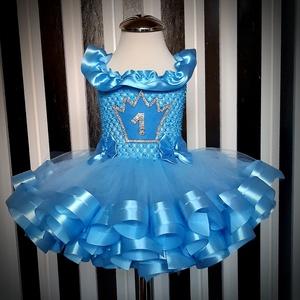 Kislány szülinapos ruha , Táska, Divat & Szépség, Ruha, divat, Gyerekruha, Baba (0-1év), Gyerek (1-10 év), Csomózás, Varrás, A tütüket ruhákat magam készítem csomózással varrással.\nA képen látható ruha felső része rugalmas ko..., Meska