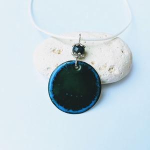 Kék tűzzománc nyaklánc kerámia gyönggyel, Ékszer, Nyaklánc, Medálos nyaklánc, Tűzzománc, Fémmegmunkálás, Tűzzománc nyaklánc vörösréz alapon, sötétzöld és kék ékszerzománc felhasználásával.\nA medál átmérője..., Meska