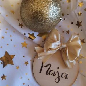 Névre szóló karácsonyfadísz vagy ajándékkísérő szalaggal, Otthon & Lakás, Karácsony & Mikulás, Karácsonyfadísz, Gravírozás, pirográfia, Pirográf technikával díszített fa karácsonyfadísz vagy ajándékkísérő, szalaggal. A név kézzel írott,..., Meska