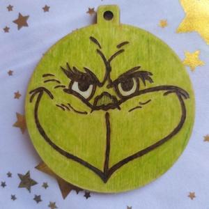 Grincs karácsonyfadísz fából, Otthon & Lakás, Karácsony & Mikulás, Karácsonyfadísz, Gravírozás, pirográfia, Pirográf technikával és színezéssel díszített fa karácsonyfadísz, ajándékkísérőnek is használható. S..., Meska