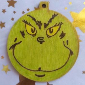 Grincs karácsonyfadísz fából, Otthon & Lakás, Karácsony & Mikulás, Karácsonyfadísz, Gravírozás, pirográfia, Pirográf technikával és színezéssel díszített fa karácsonyfadísz, szabad kézi rajjzal. Ajánddékkísér..., Meska