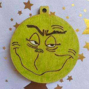 Grincs karácsonyfadísz fából, Otthon & Lakás, Karácsony & Mikulás, Karácsonyfadísz, Gravírozás, pirográfia, Pirográf technikával és színezéssel díszített fa karácsonyfadísz, szabad kézi rajzzal. Ajándékkísérő..., Meska