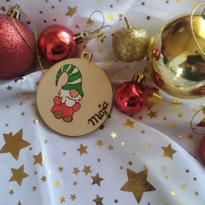 Karácsonyi manós karácsonyfadísz fából (névre szóló), Otthon & Lakás, Karácsony & Mikulás, Karácsonyfadísz, Gravírozás, pirográfia, Pirográf technikával és színezéssel díszített fa karácsonyfadísz, szabad kézzel készült rajzzal. Ajá..., Meska