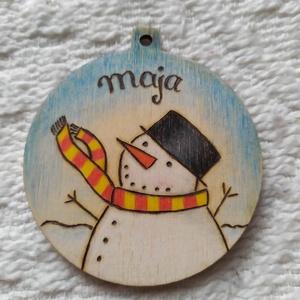 Hóemberes karácsonyfadísz fából (névre szóló), Otthon & Lakás, Karácsony & Mikulás, Karácsonyfadísz, Gravírozás, pirográfia, Pirográf technikával és színezéssel díszített fa karácsonyfadísz, szabad kézzel készült rajzzal. Ajá..., Meska
