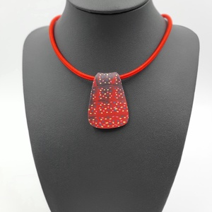 Pöttyös nyaklánc, Ékszer, Nyaklánc, Medálos nyaklánc, Gyurma, Hétköznapra készült kreatív színes gyurmából a medál piros nyaklánc alapra rakva., Meska