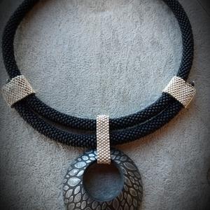 Fekete nyakék, Ékszer, Nyaklánc, Medálos nyaklánc, Matt fekete kásagyöngyből horgolt rövid nyakék, amit ezüst delicával lett hangsúlyozva. Polimer agya..., Meska