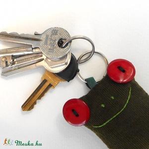 Bársony Breki - zöld béka kulcstartó, Egyéb, Kulcstartó, táskadísz, Táska, Divat & Szépség, Varrás, Újrahasznosított alapanyagból készült termékek, Uhu egyik barátja a zöld Bársony Breki, őt ábrázolja ez a kordbársonyból készült, pillekönnyű kulcst..., Meska