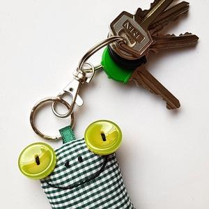 Zöld kockás Breki - textil béka kulcstartó, Egyéb, Kulcstartó, táskadísz, Táska, Divat & Szépség, Férfiaknak, Varrás, Uhu egyik barátja a zöld kockás Breki, őt ábrázolja ez a pillekönnyű textil kulcstartó.\n\nA béka mére..., Meska