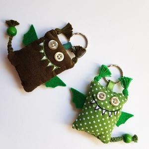 Szerelmes sárkányok (Walesi zöldek) - 2db textil kulcstartó, Egyéb, Táska, Divat & Szépség, Kulcstartó, táskadísz, Varrás, Egy zöld pöttyös és egy sötétzöld bársony sárkány egy csomagban, pároknak, szerelmeseknek, örök bará..., Meska
