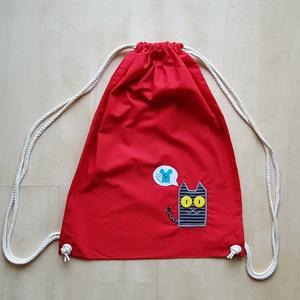 Piros tornazsák cirmos cicával, Gymbag, Hátizsák, Táska & Tok, Hímzés, Varrás, Ha kisebb bevásárlásra vagy strandra készülsz, vigyél magaddal egy vidám pamut hátizsákot, attól is ..., Meska