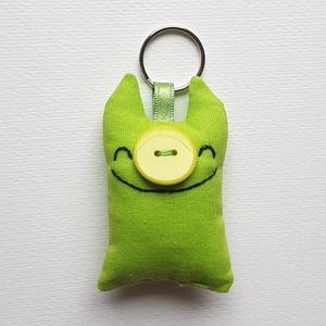 Zöld disznó kulcstartó, Táska & Tok, Kulcstartó & Táskadísz, Kulcstartó, Varrás, Hímzés, Ő egy egészen különleges lény, egy kurta farkú kismalac tavaszi világoszöld rejtőszínnel. Talán a me..., Meska