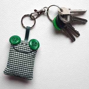 Zöld kockás Breki - textil béka kulcstartó, Táska & Tok, Kulcstartó & Táskadísz, Kulcstartó, Varrás, Uhu egyik barátja a zöld kockás Breki, őt ábrázolja ez a pillekönnyű textil kulcstartó.\n\nA béka mére..., Meska