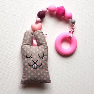 Rózsaszín szilikon rágcsalánc szürke textil nyuszival - csörgős, Játék & Gyerek, 3 éves kor alattiaknak, Rágóka, Varrás, Gyöngyfűzés, gyöngyhímzés, A babák első játéka lehet ez a rágcsalánc, ami nagy segítség a fogzás ideje alatt, a szilikongyöngyö..., Meska