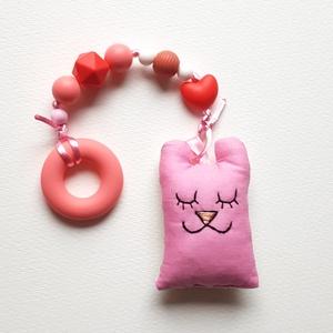 Szilikon rágcsalánc rózsaszín textil macival - csörgős, Játék & Gyerek, 3 éves kor alattiaknak, Rágóka, Varrás, Gyöngyfűzés, gyöngyhímzés, A babák első játéka lehet ez a rágcsalánc, ami nagy segítség a fogzás ideje alatt, a szilikongyöngyö..., Meska