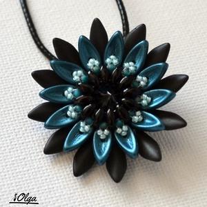 Kék-szürke tavirózsa gyöngy medál, Medál, Nyaklánc, Ékszer, Gyöngyfűzés, gyöngyhímzés, Kék és szürke színek dominálnak ebben a mindennapos használatra szánt medálban, Középen egy csillogó..., Meska