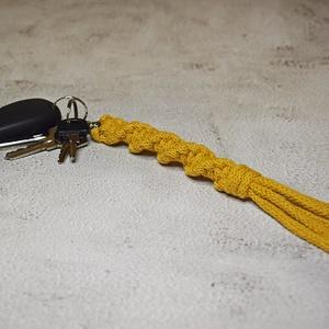 Makramé kulcstartó karabinerrel, Táska & Tok, Kulcstartó & Táskadísz, Kulcstartó, Csomózás, 100% újrahasznosított pamut zsinórfonalból készült makramé kulcstartó\n\nszíne: mustársárga\nméretei: 2..., Meska