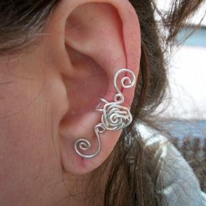 Hajlított rózsás fülgyűrű, Fülgyűrű, Fülbevaló, Ékszer, Ékszerkészítés, Fémmegmunkálás,  Ezüstözött drótból kézzel hajlított fülgyűrű. , Meska