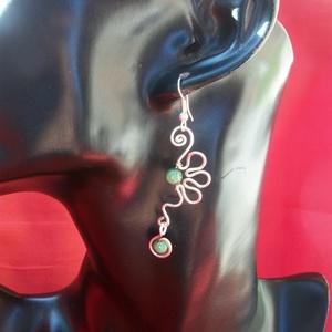 Virág  fülbevaló üveggyönggyel, Ékszer, Fülbevaló, Magyar motívumokkal, Táska, Divat & Szépség, Ékszerkészítés, Fémmegmunkálás, Ezt a fülbevalót  ezüstözött ékszerdrótból készítem zöld miracle üveggyönggyel kombinálva. Ez a külö..., Meska
