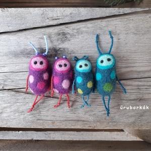 A pöttyös család, Szörnyike, Plüssállat & Játékfigura, Játék & Gyerek, Nemezelés, Tűnemezeléssel, festett gyapjúból készítettem ezt a családot. A szülők testének mérete aprócska, 5 c..., Meska