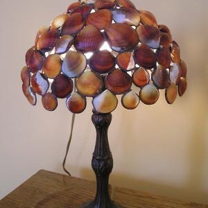 Kagylós lámpa, Esküvő, Nászajándék, Lakberendezés, Otthon & lakás, Lámpa, Üvegművészet, Kagylókból összeforrasztott félgömb lámpa-búra, átmérője 24 cm bronz talppal., Meska