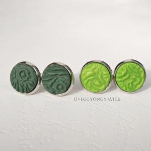 Zöld rét  -  2 pár kis méretű, pötty, beszúrós fülbevaló, Ékszer, Pötty fülbevaló, Fülbevaló, Sötétzöld és világos zöld süthető gyurmából préselt mintával készítettem a fülbevalókat.  A gyurmák ..., Meska