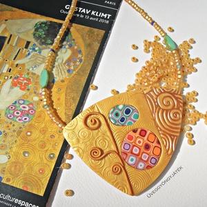 Arany színű nyaklánc, medál Klimt motívumokkal, Ékszer, Medál, Nyaklánc, Ékszerkészítés, Gyurma, A nyaklánc medál részét arany és különböző színű süthető gyurmából készítettem, a színes részeket mű..., Meska