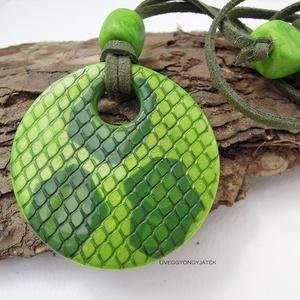 Zöld boa  -  medál textilbőrszálon, fémmentes nyaklánc, kígyóbőr mintás medál, Medálos nyaklánc, Nyaklánc, Ékszer, Ékszerkészítés, Gyurma, Többféle zöld színű égethető gyurmából készítettem ezt a stilizált kígyóbőr mintás medált. A foltok ..., Meska