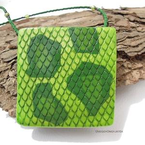 Zöld anakonda  -  nyaklánc medállal, kígyóbőr mintás medál, Medálos nyaklánc, Nyaklánc, Ékszer, Ékszerkészítés, Gyurma, A stilizált kígyóbőr mintás medált többféle zöld színű égethető gyurmából készítettem. A foltok nem ..., Meska