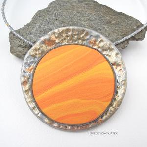 Hűvös naplemente  -  nyaklánc medállal, ezüstszürke medál, narancssárga nyaklánc, Ékszer, Medálos nyaklánc, Nyaklánc, A feltűnő, nagy méretű medált ezüst, sárga és narancssárga színű kiégethető gyurmából készítettem. A..., Meska