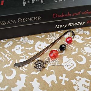 Könyvjelző rémtörténetekhez  -  piros fekete narancssárga üveggyöngy, pók, pókháló, Otthon & Lakás, Papír írószer, Könyvjelző, Antikolt fekete könyvjelző alapra szereltem 8-10 mm-es cseh csiszolt gyöngyöket valamint egy pókháló..., Meska