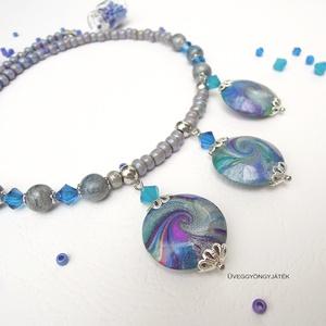 Neytiri  -  rövid nyaklánc, gyöngyös nyaklánc, kék lila medál, Ékszer, Nyaklánc, Medálos nyaklánc, Ékszerkészítés, Gyurma, A rövid nyaklánc három örvény mintás medálját és a 6 db golyót kiégethető gyurmából készítettem és 4..., Meska