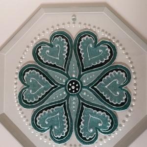 Kedves zöld-ezüst szíves mandala., Otthon & Lakás, Dekoráció, Mandala, Üvegművészet, Üde, tavaszi rét és ezüst cseppek összeállítással.\nMérete: 20x20 cm\nA furatnál akasztható a falra.\nK..., Meska