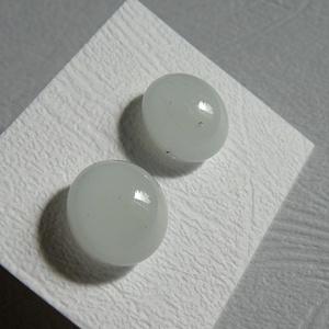 Hófehér fülbevaló, Ékszer, Fülbevaló, Pötty fülbevaló, Ékszerkészítés, Üvegművészet, Amerikai művészüvegből készítettem ezt a pötty fülit. Szine fehér Mérete 0,7 cm. 0,5-ös bedugós alap..., Meska