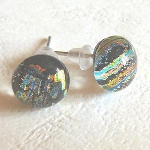 Ditroich fülbevaló, Ékszer, Fülbevaló, Pötty fülbevaló, Ékszerkészítés, Üvegművészet, Ditroich üvegből készítettem ezt a pötty fülit. A fény beesésétől függően kéken vagy zölden csillog...., Meska