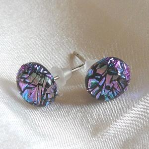 Ditroich fülbevaló kékes- lilás, Ékszer, Fülbevaló, Pötty fülbevaló, Ékszerkészítés, Üvegművészet, Ditroich üvegből készítettem ezt a pötty fülit. A fény beesésétől függően kéken vagy lilásan csillog..., Meska
