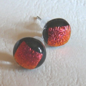 Ditroich fülbevaló, sötétvörös, Ékszer, Fülbevaló, Pötty fülbevaló, Ékszerkészítés, Üvegművészet, Ditroich üvegből készítettem ezt a pötty fülit. A fény beesésétől függően vörösen csillog.Nagyon ele..., Meska