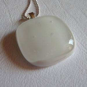 Hófehér medál, Ékszer, Nyaklánc, Medálos nyaklánc, Ékszerkészítés, Üvegművészet, Művészüvegből készült fusing technikával ez a   fehér  medál. Mérete:2,x2, cm. Hozzáíllő ezüstszinű ..., Meska