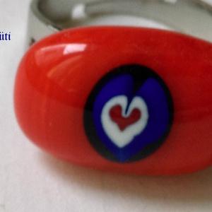 Piros szívecskés fehér piros kék gyűrű üvegékszer szülinapra, Ékszer, Gyűrű, Figurális gyűrű, Üvegművészet, Ékszerkészítés, Muránói piros kék  üvegből   és üvegrúdból vágott gyöngyből készült a  gyűrű olvasztásos technikával..., Meska