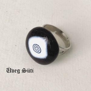 Fekete fehér igen nem gyűrű üvegékszer, Ékszer, Gyűrű, Táska, Divat & Szépség, Üvegművészet, Ékszerkészítés, Fekete  és fehér csillogó üvegekből készült a gyűrű  olvasztásos technikával. Mérete kb.  2  cm, a k..., Meska